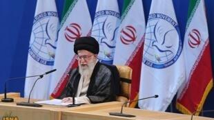 O guia supremo iraniano, o aiatolá Ali Khamenei rejeita oferta americana de diálogo