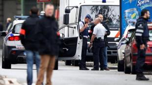 Policiais belgas participam de reconstituição de atentados na capital.