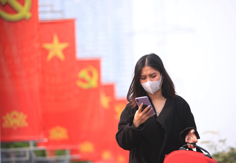 走在河内街头的越南女子,摄于2021年1月23日。