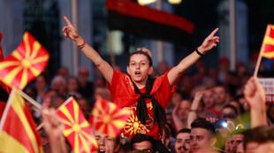 Les partisans du parti d'opposition VMRO-DPMNE participent à une manifestation de protestation contre le compromis de Macédoine avec la Grèce sur le nom du pays à Skopje, en Macédoine, le 2 juin 2018.