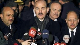 Bộ trưởng Nội Vụ  Thổ Nhĩ Kỳ Suleyman Soylu (giữa) đe dọa mở cửa cho người tị nạn tự do đổ vào châu Âu, bất chấp thỏa thuận đã ký với Bruxelles.ois en Europe.