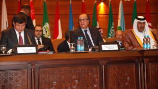 De G à D, le ministre turc des Affaires étrangères Ahmet Davutoglu, le ministre marocain des Affaires étrangères Taib Fassi Fihri, et le Premier ministre du Qatar Cheikh Hamad Ben Jassem Al-Thani, lors d'une réunion de la Ligue arabe, le 16 novembre 2011.