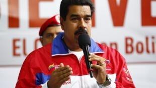 El presidente venezolano, Nicolás Maduro, se expresa durante la inauguración de un funicular en el barrio marginal de Petare, 14 de agosto de 2013.