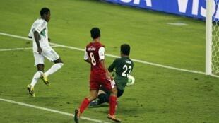 Dan wasan Super Eagles Nnambi Oduamadi a lokacin da ya ke jefa kwallo a ragar Tahiti a Brazil
