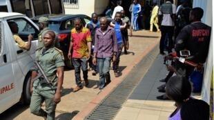 Watu waliokamatwa kufuatia kuzuka kwa mgogoro katika maeneo yanayozungumza Kiingerezawakifikishwa katika mahakama ya kijeshi huko Yaoundé,Desemba 2018. (picha ya kumbukumbu)
