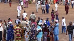 Des proches de victimes d'Ebola se rassemblent devant l'hôpital Donka de Conakry, le 30 juillet 2014.