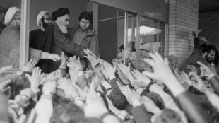 L'ayatollah Khomeiny salue la foule à l'université de Téhéran, le 3 février 1979, à son retour d'exil en France.
