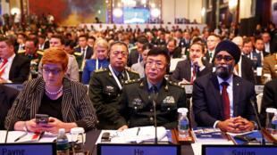 Trung tướng Hà Lôi (giữa), trưởng đoàn Trung Quốc nghe phát biểu của bộ trưởng Quốc Phòng Mỹ James Mattis tại Shangri-la, Singapore, ngày 02/06/2018.