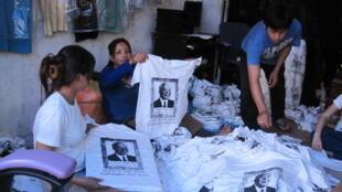 Les Cambodgiens portent des t-shirts à l'effigie du roi défunt Sihanouk.