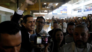 Juan Guaido es recibido por sus seguidores en el aeropuerto de Maiquetía, cerca de Caracas.