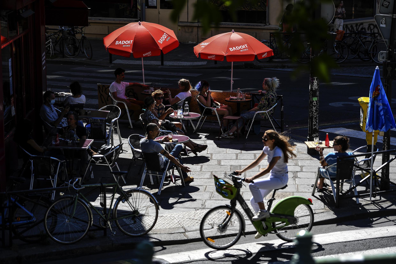 Parisienses aproveitaram do calor em terraços de bares e cafés nesta quinta-feira (25).