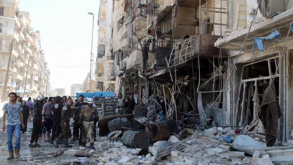 Bombeiros na zona rebelde de Tariq al-Bab,perto de Aleppo, bombardeada em 23 de abril de 2016.