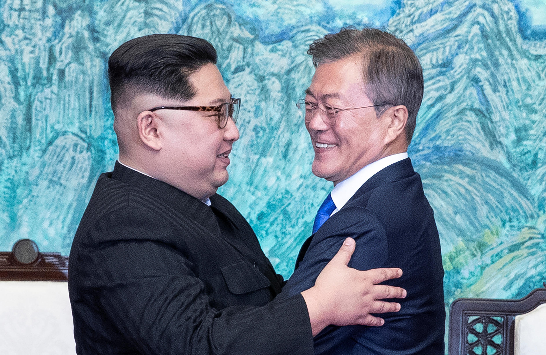 Mundo aplaude abraço das Coreias
