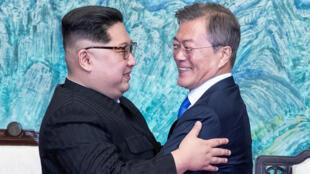 O líder norte-coreano, Kim Jong-Un (esquerda) e o presidente sul-coreano, Moon Jae-In, durante a histórica cúpula intercoreana, na última sexta-feira (27).