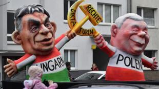 Défilé traditionnel du lundi des Roses à Düsseldorf (Allemagne),  le lundi 12 février 2018. Un char représente le Premier ministre hongrois Viktor Orban, à gauche ; et le leader polonais du parti PiS Jaroslaw Kaczynski.