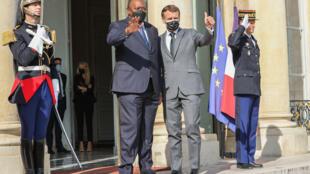 Rais wa Kenyan, Uhuru Kenyatta, na mwanzake wa  Ufaransa, Emmanuel Macron, wakiwa jijini Paris, tarehe 1 Oktoba 2020.