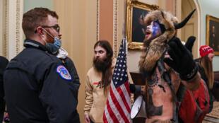 Seguidores del expresidente de EEUU Donald Trump asaltan el Capitolio, en Washington, el 6 de enero de 2021