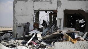 Um palestino avalia os estragos em um prédio em Beit Hanoun, após o cessar-fogo em Gaza.