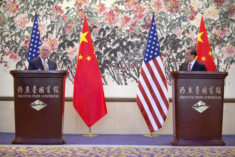 Ngoại trưởng Mỹ Rex Tillerson (T) họp báo chung với đồng nhiệm Trung Quốc Vương Nghị sau cuộc hội đàm tại Điếu Ngư Đài, Bắc Kinh ngày 18/03/2017.