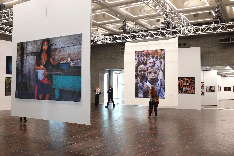 Les photos de Stephanie Sinclair inaugurent la nouvelle Arche du photojournalisme sur la Grande Arche de la Défense, Paris.