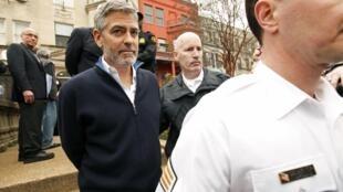 Джордж Клуни активно проявляет гражданскую позицию. На фото: задержание во время акции протеста у здания посольства Судана в 2012 году