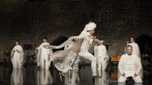 Satoshi Miyagi transformou o palco de um palácio medieval num grande lago, sobre o qual os 30 intérpretes, vestidos de branco, parecem deslizar.