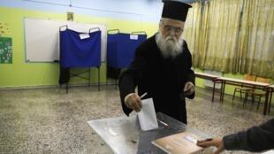 Un religioso ortodoxo votando en los comicios del 25 de enero en Atenas.