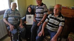 Consolata Melis pose avec ses trois frères, le 21 août 2012. La famille Melis est officiellement la plus vieille du monde avec neuf frères et sœurs atteignant un total de 818 ans entre eux.