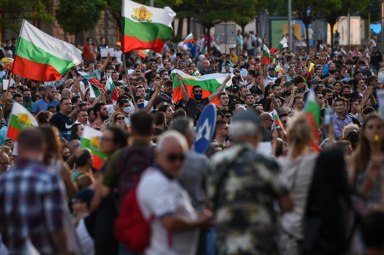 Milares de cidadãos búlgaros manifestam na capital Sófia, para exigir a demossão do governo de Boiko Borissov em conflito aberto com o Presidente Rumen Radev.