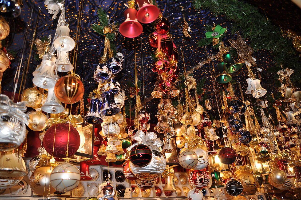 Một cửa hàng bán đồ trang trí cho ngày lễ Noel.