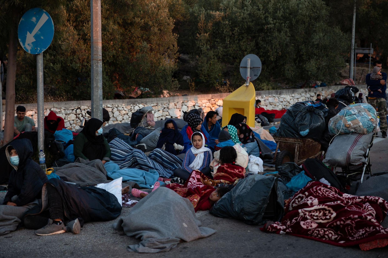 Déjà démunis de tout, les milliers de migrants du camp de Moria à Lesbos sont désormais sans-abris, et dorment à même le bitume.