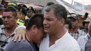 Rafael Correa abraza a una víctima del terremoto de la ciudad de Canoa, el pasado 18 de abril de 2016.