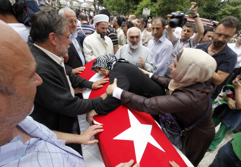 Близкие оплакивают жертв израильской атаки, Стамбул