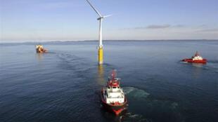 La turbine Hywind est située à 10 km de l'île de Karmoey.