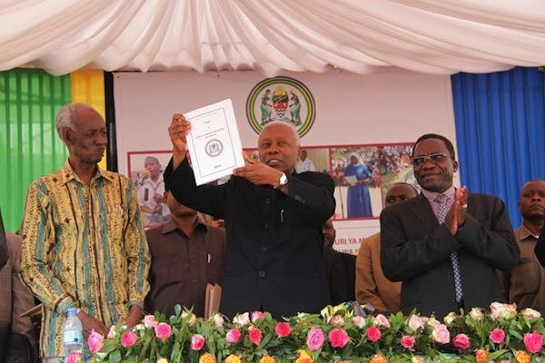 Makamu wa Rais wa Tanzania Dr Mohamed Gharib Bilal akionesha rasimu ya katiba mpya akiwa na Waziri Mkuu Mizengo Kayanza Peter Pinda na Mwenyekiti wa Tume ya Mabadiliko ya Katiba Joseph Sinde Warioba