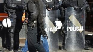 Polícia polaca criticada pela gestão da agressão a Linda Pereira.