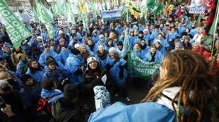 Des milliers de manifestants sont descendus dans les rues de Copenhague, ce samedi 12 décembre, pour réclamer réclamer un accord équitable et ambitieux contre le changement climatique.