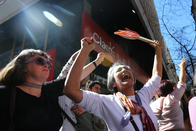 Des manifestants favorables à l'avortement expriment leur joie après la décision du Tribunal constitutionnel, le 21 août 2017 à Santiago, au Chili.