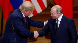 Tổng thống Mỹ Donald Trump (T) và đồng nhiệm Nga Vladimir Poutine bắt tay nhau trong cuộc họp báo chung tại Helsinki, Phần Lan, ngày 16/07/2018