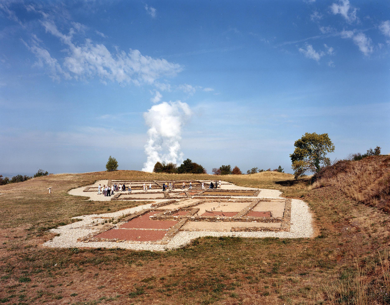 Imagem do artista Jürgen Nefzger: Fumaça da usina de Bugey vista do parque arqueológico de Larina, Ain, Série Fluffy clouds, Fotografia, 2003, coleção frac île-de-france.