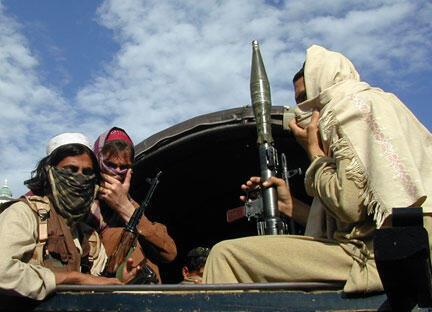 Des talibans, armés de lance-roquettes et de mitraillettes, quittant le district de Buner dans le Nord-Ouest du Pakistan, le 24 avril 2009.