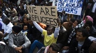 Imigrantes africanos refugiados do Sudão e da Eritreia protestam nesta terça-feira (7) em Tel-Aviv contra detenções em massa de clandestinos.