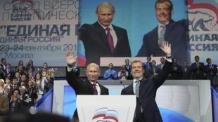 Putin (esquerda) e Medvedev anunciaram juntos a candidatura do ex-presidente para as próximas eleições russas.