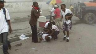 Des victimes dans une rue de Port-au-Prince le 12 janvier 2010.