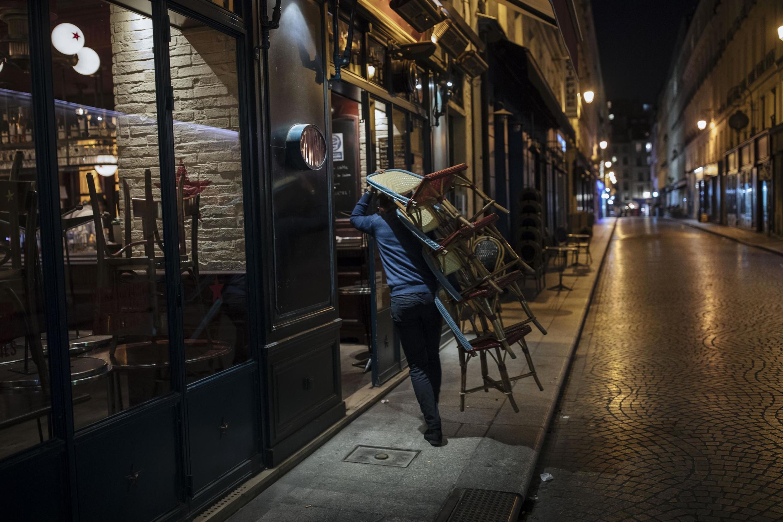 17 октября 2020, рестораны в Париже закрываются к 21 часу.