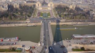 La sombra de la Torre Eiffel sobre la plaza del Trocadero.