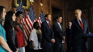 Les sénateurs Richard Blumenthal, Christopher Murphy et Charles Schumer au côté des familles de victimes d'armes à feu, le 11 avril 2013 à Washington.