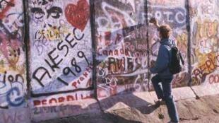 """Morceau de Mur côté ouest, à la veille de sa disparition (Berlin novembre 1989-3, série """"Berlin no man's land, 1989-2009"""")"""