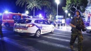 Policiers et soldats sécurisent la zone après l'attentat. Nice, le 14 juillet 2016.