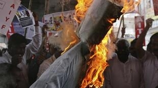 Supporters of veteran Indian social activist Anna Hazare burn an effigy representing the United Progressive Alliance government